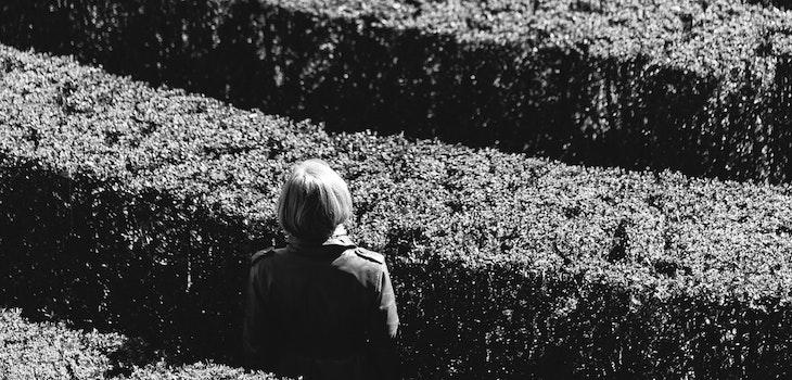 nainen seisoo labyrintissa